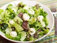 Зелена салата с бейби моцарела и песто